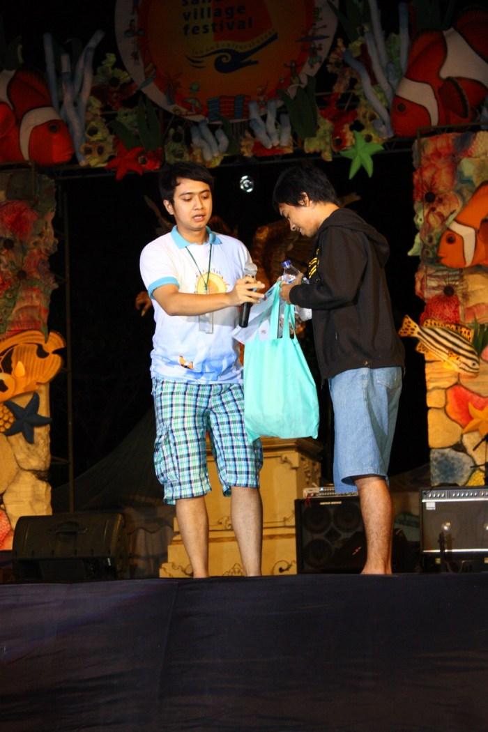 menerima souvenir di sanur village festival